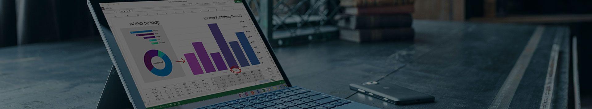 מחשב Tablet מסוג Microsoft Surface המציג דוח הוצאות ב- Microsoft Excel