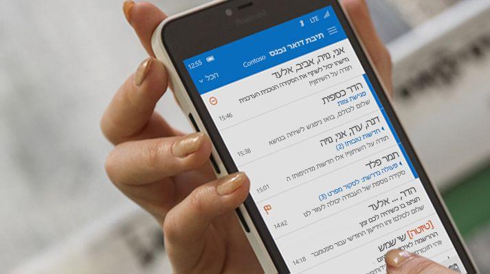 אצבעות מקלידות הודעה ברשימת דואר אלקטרוני של Office 365 בטלפון חכם.