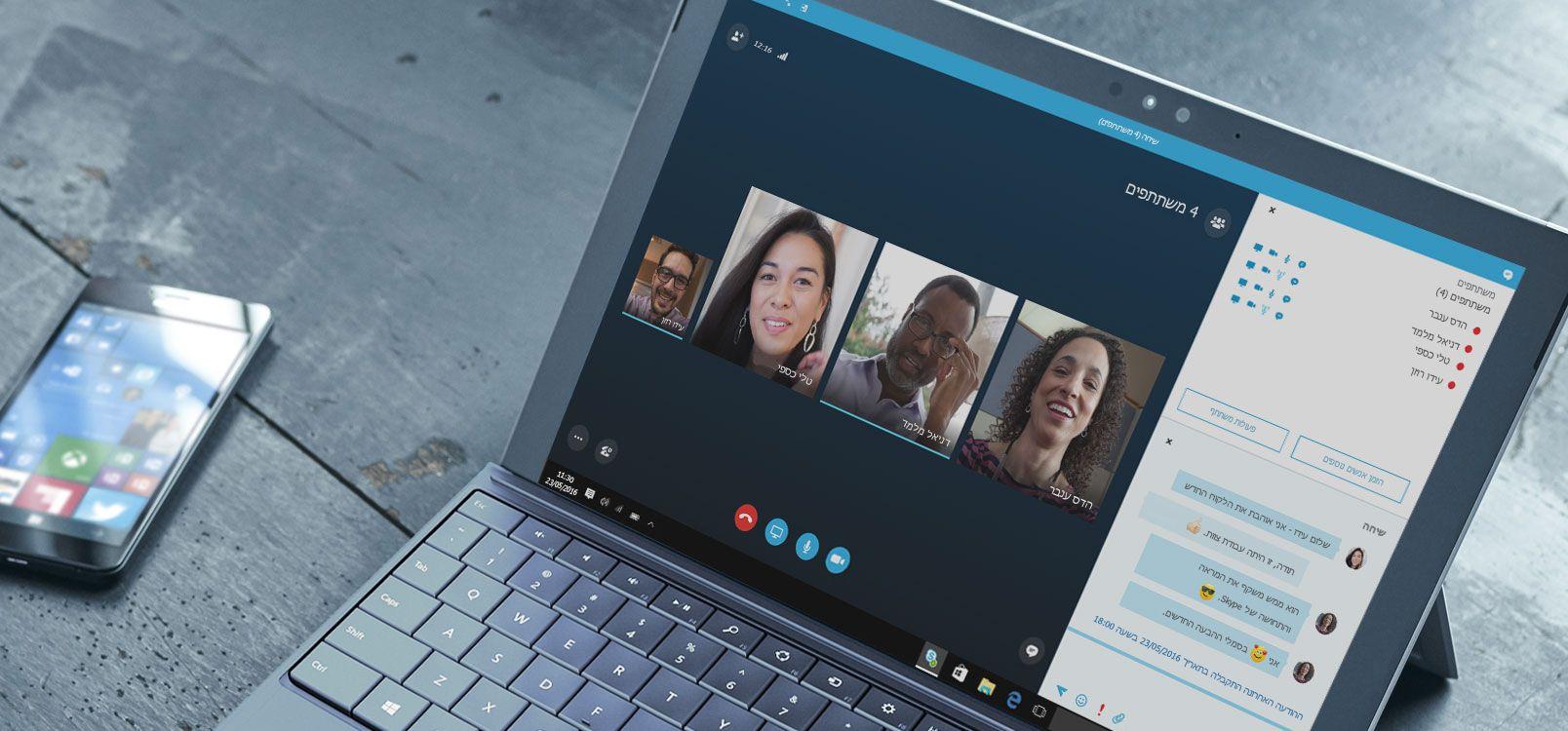 אישה משתמשת ב- Office 365 ב- Tablet ובטלפון חכם כדי לשתף פעולה במסמכים.
