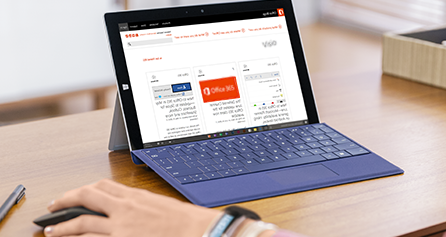 Microsoft Surface על שולחן עבודה, מציג את הבלוג של Visio על גבי המסך, בקר בבלוג של Visio