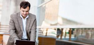 אדם עובד במחשב נישא, קבל מידע על התכונות והמחירים עבור Office 365 Enterprise E3.