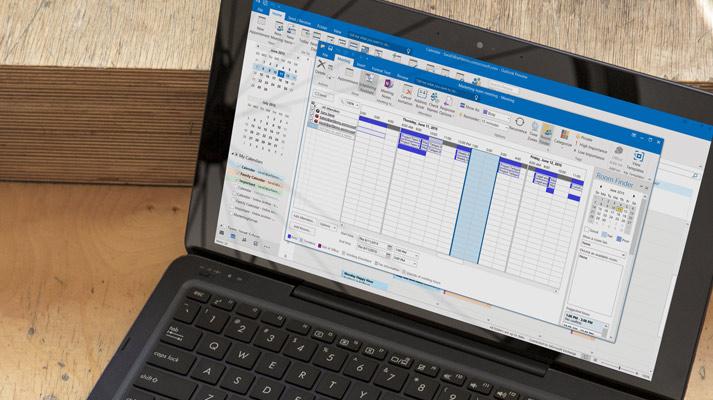विंडो Outlook 2016 में खुलती है, त्वरित संदेश प्रत्युत्तर दिखा रहा एक लैपटॉप.