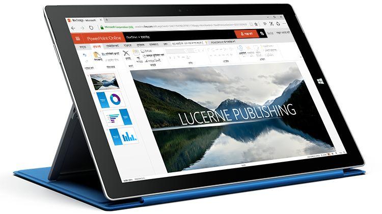 PowerPoint Online में प्रस्तुति प्रदर्शित करता हुआ एक Surface टैबलेट.