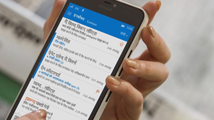स्मार्टफ़ोन पर किसी Office 365 ईमेल सूची में संदेश टैप करता हुआ हाथ.