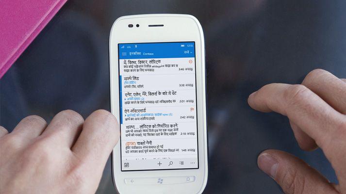 किसी स्मार्टफ़ोन पर Office 365 ईमेल सूची में संदेश को टैप करता हुआ एक हाथ.