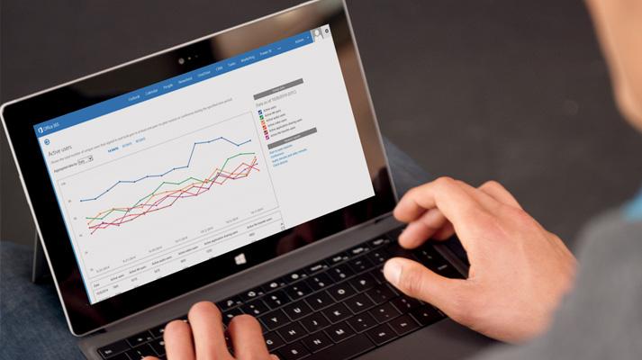 सरफ़ेस टैबलेट पर व्यवसाय के लिए Skype ऑनलाइन और Office 365 का उपयोग करता हुआ एक व्यक्ति