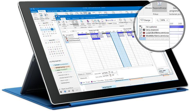 Tablet Surface s prikazanim sastankom u programu Outlook s popisom sudionika i podacima njihovoj dostupnosti