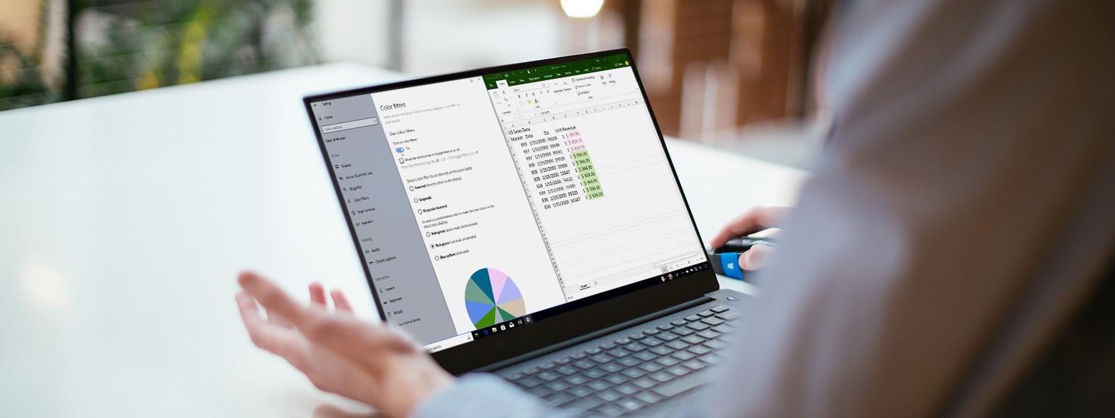 Laptopot a Windows 10-ben bekapcsolt színszűrőkkel használó személy