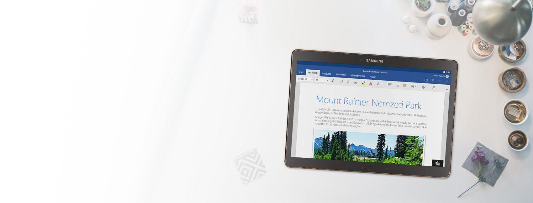 Egy táblagép, amelynek a képernyőjén egy Word-dokumentum látható a Mount Rainier Nemzeti Parkról