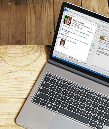 Laptop, amelyen egy Outlook 2013-ban megnyitott csevegési válaszablak látható.