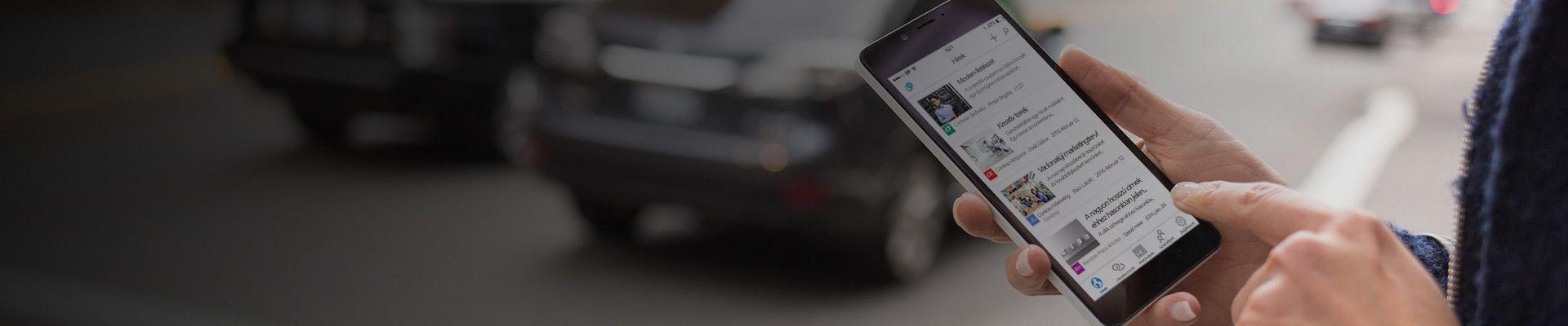 Okostelefon, amelyen webhelyekről származó SharePoint-hírek láthatók