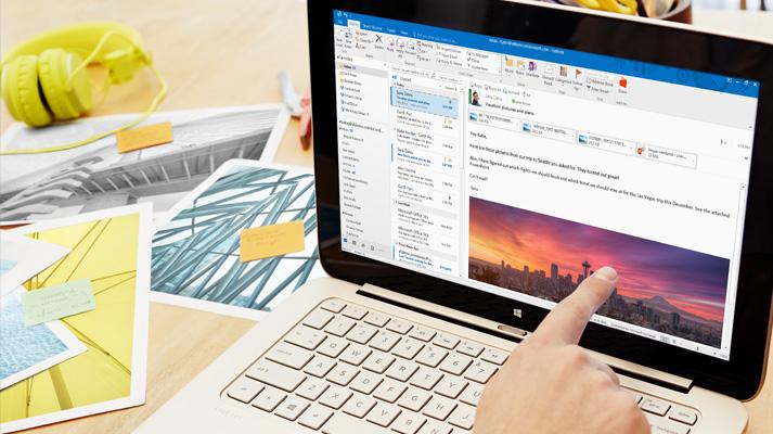 Laptop, rajta egyéni formázású és képet tartalmazó, Office 365-beli e-mail előnézeti képével