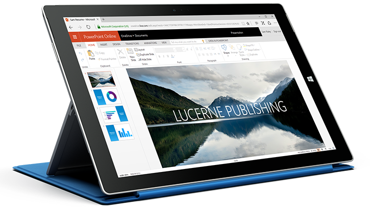 A PowerPoint Online-ban egy bemutatót megjelenítő Surface táblagép