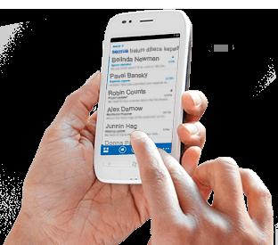 Sebuah tangan mengetuk sebuah pesan dalam daftar email Office 365 di ponsel cerdas.