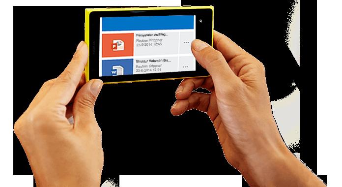 Sebuah ponsel cerdas dipegang dengan dua tangan, memperlihatkan Office 365 sedang diakses.