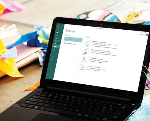 Laptop menampilkan layar Berbagi di Microsoft Publisher 2013.