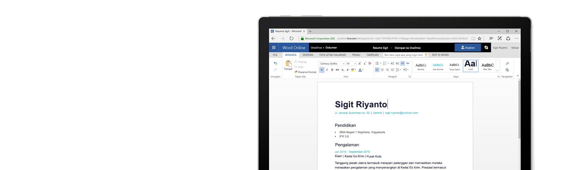 Layar komputer memperlihatkan resume yang sedang dibuat di Word Online