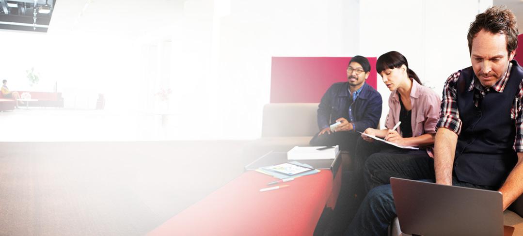 Tiga orang bekerja dengan laptop dan buku catatan menggunakan SharePoint Online.