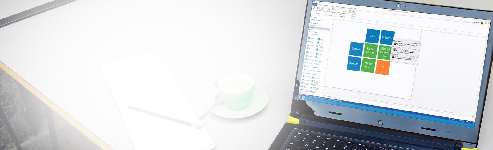 Laptop terbuka, memperlihatkan Visio Standard 2013 sedang digunakan.