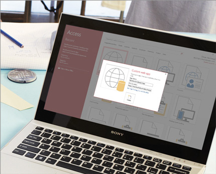 Laptop menunjukkan layar tampilan Aplikasi Web Kustom di Access 2013.