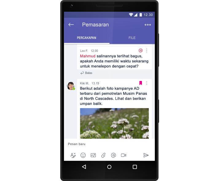 Sebuah smartphone menampilkan percakapan obrolan grup dalam Microsoft Teams