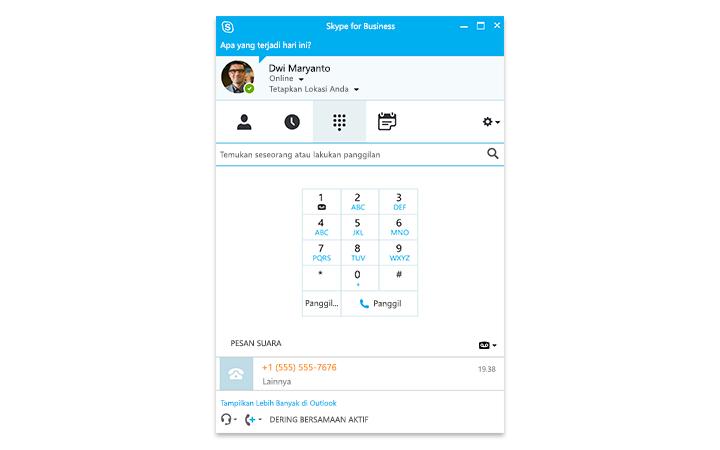 Seseorang mengetik di tablet Surface, dengan rapat online Skype for Business tampak pada layar
