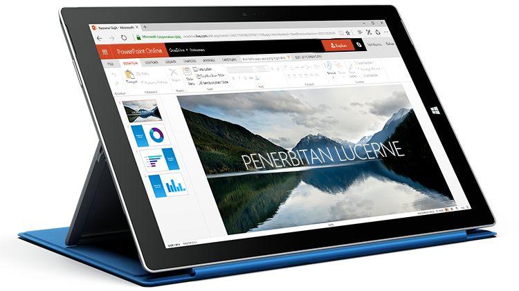 Sebuah tablet Surface menampilkan presentasi di PowerPoint Online.