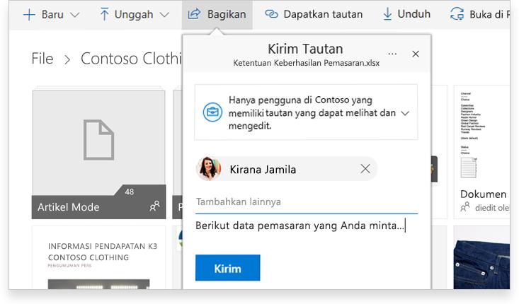 PC tablet memperlihatkan dua orang berkolaborasi secara online pada dokumen Word