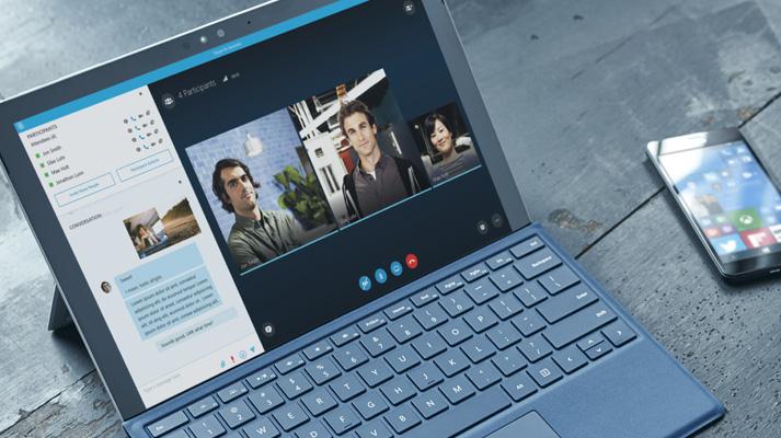 Seorang wanita menggunakan Office 365 di tablet dan smartphone untuk bekerja sama di dokumen.