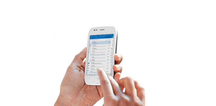 Tampilan jarak dekat tangan seseorang yang sedang menggunakan Office 365 di ponsel.