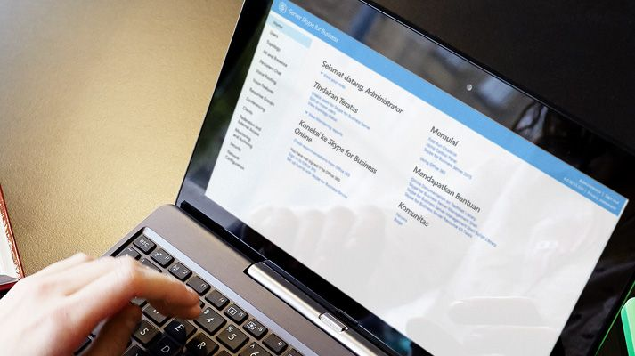Layar laptop menampilkan alat administratif di Skype for Business Server