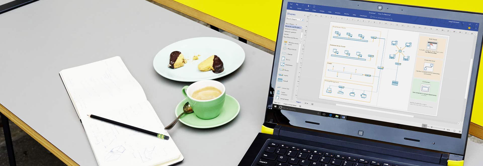Tampilan jelas laptop di meja, memperlihatkan diagram Visio dengan panel dan pita pengeditan