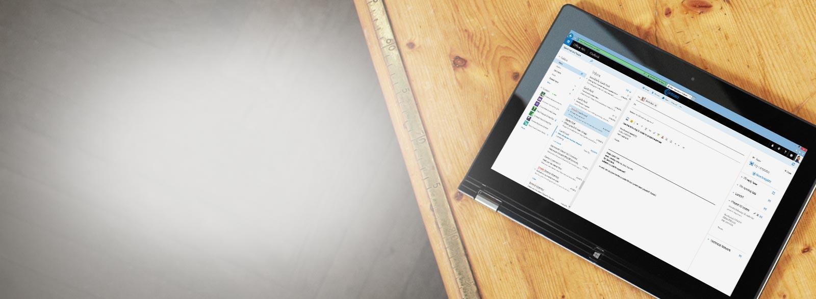 Un tablet su un tavolo che mostra un dettaglio di una cartella Posta in arrivo aziendale basata su Exchange.