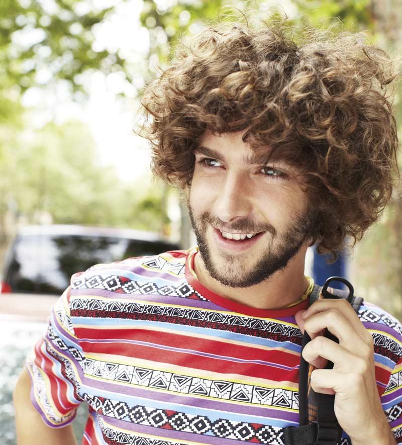 Uomo sorridente all'aperto. Con il nuovo Office per Mac, puoi lavorare ai massimi livelli ovunque.