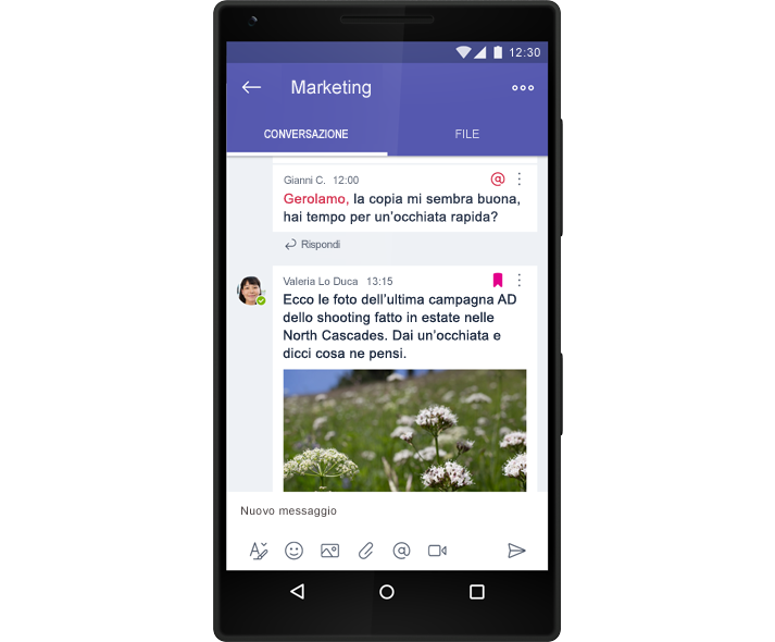Smartphone che visualizza una conversazione di chat di gruppo in Microsoft Teams