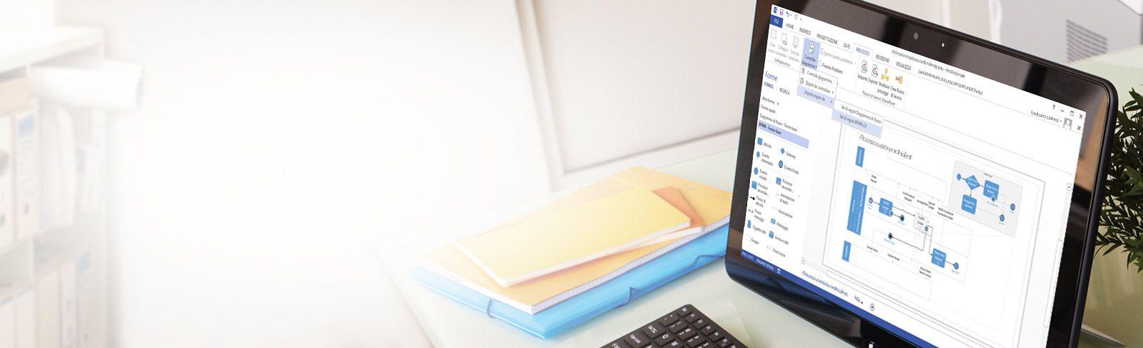 Primo piano di un tablet su un tavolo, con un diagramma di Visio, la barra multifunzione di modifica e un riquadro.