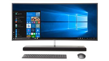 Tastiera, mouse e monitor di computer sul quale sono visualizzati il desktop e il menu Start di Windows 10.