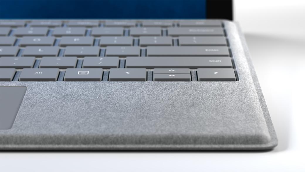 Primo piano laterale sulla tastiera della Cover con tasti Signature e il materiale Alcantara®