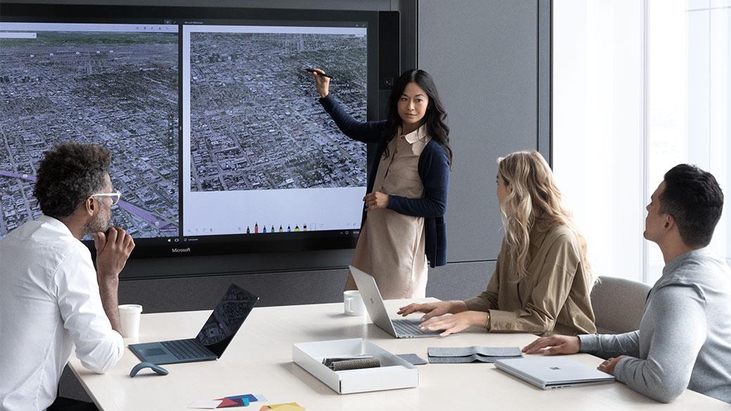 Un uomo usa la penna su Surface Hub per mostrare la funzionalità di scrittura nelle due direzioni su Surface Hub.