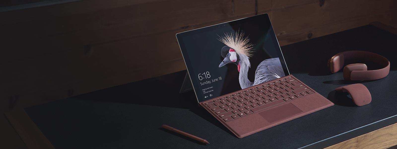Un dispositivo Surface Pro su una scrivania