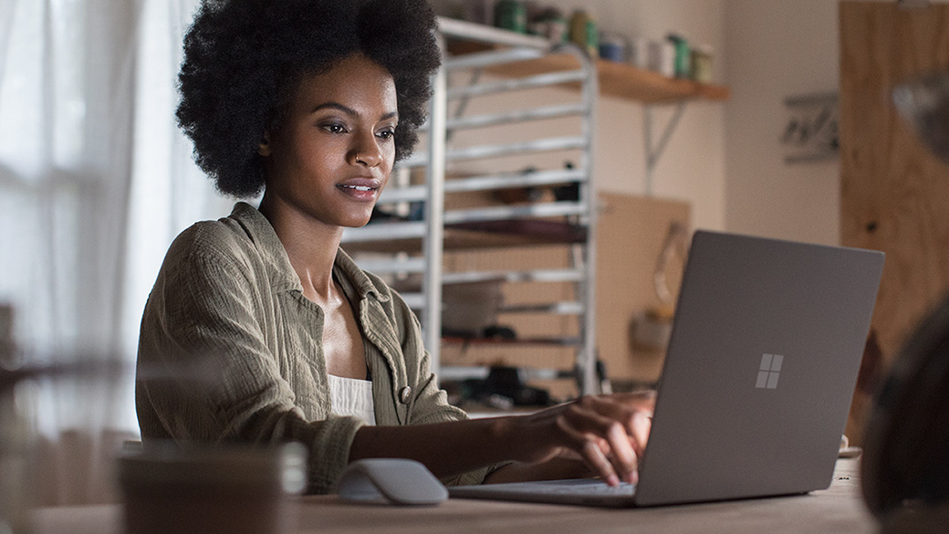 Una donna studia con Surface Laptop