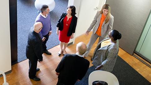 Professionisti che parlano in cerchio