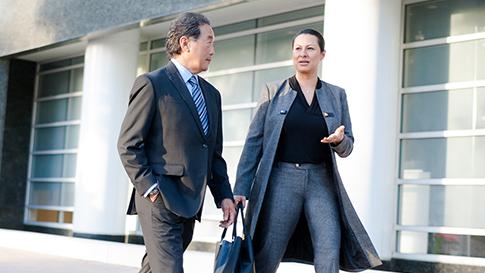 Due professionisti che chiacchierano mentre camminano