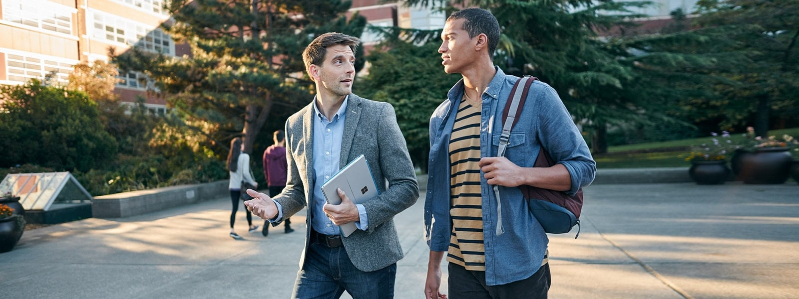Insegnante e studente con dispositivi Microsoft