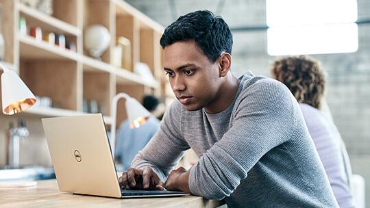 Un uomo che usa Dell XPS 13