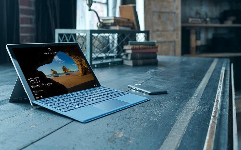 Lenovo Yoga 900 con la schermata Start di Windows 10