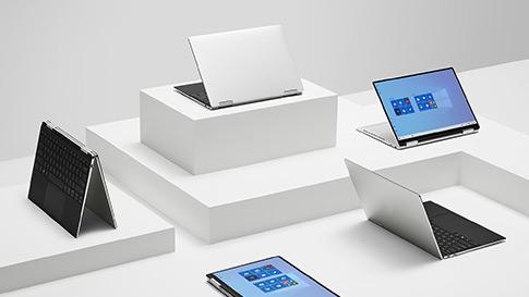 テーブルトップ ディスプレイ上の複数の Windows 10 ラップトップ