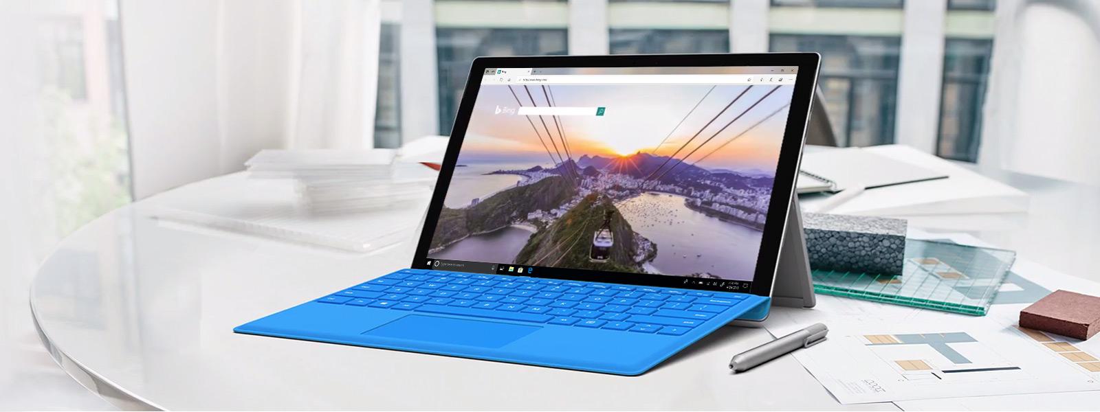卓上のSurface Pro コンピュータが Microsoft Edge ブラウザで再生しているビデオを表示