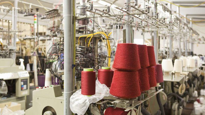 精密な機械が並ぶ生産工場