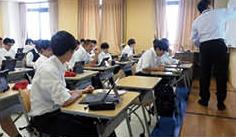 写真:講義とグループ学習のようす